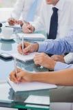 Bedrijfsmensenhanden die nota's nemen Royalty-vrije Stock Afbeelding