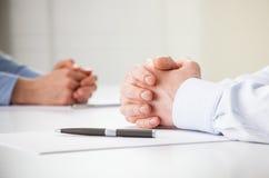 Bedrijfsmensenhanden tijdens vergadering royalty-vrije stock afbeelding