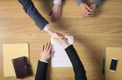 Bedrijfsmensenhandenschudden na het ondertekenen van een overeenkomst Royalty-vrije Stock Afbeelding