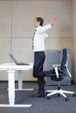 Bedrijfsmensenoefeningen in bureau stock foto