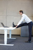 Bedrijfsmensenoefeningen in bureau Royalty-vrije Stock Foto