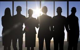 Bedrijfsmensensilhouetten over bureauachtergrond Stock Fotografie