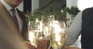 Bedrijfsmensentoejuichingen met een glas champagne stock video
