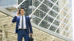 Bedrijfsmensentribune met voelen zeker en vrijheid bij openlucht Stock Fotografie
