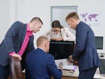 Bedrijfsmensenuitwisseling van ideeën in een nieuw bedrijfsproject stock afbeeldingen
