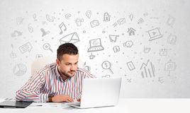 Bedrijfsmensenzitting bij lijst met hand getrokken media pictogrammen Stock Fotografie