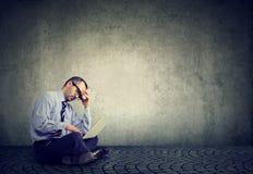 Bedrijfsmensenzitting op een vloer en het gebruiken van een laptop computer Royalty-vrije Stock Foto's