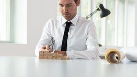 Bedrijfsmentor die houten stappen voor een gesilhouetteerde zakenman assembleren royalty-vrije stock foto