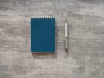 Bedrijfsnotitieboekje en pen Stock Afbeeldingen