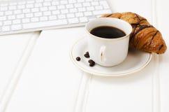 Bedrijfsontbijt, zwart koffie en chocoladecroissant Stock Foto's