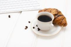 Bedrijfsontbijt, zwart koffie en chocoladecroissant Royalty-vrije Stock Fotografie