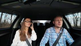Bedrijfspaar in auto stock footage