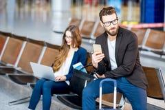 Bedrijfspaar bij de luchthaven Royalty-vrije Stock Foto