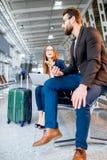 Bedrijfspaar bij de luchthaven Royalty-vrije Stock Afbeelding