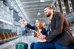 Bedrijfspaar bij de luchthaven Royalty-vrije Stock Fotografie