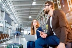 Bedrijfspaar bij de luchthaven Stock Foto's