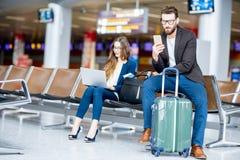 Bedrijfspaar bij de luchthaven Stock Afbeelding