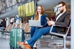 Bedrijfspaar bij de luchthaven Royalty-vrije Stock Afbeeldingen