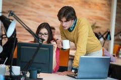 Bedrijfspaar die aan project op modern startkantoor samenwerken stock foto