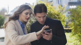 Bedrijfspaar die bedrijfskwesties met een smartphone oplossen stock video
