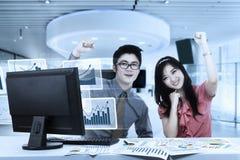 Bedrijfspaar die hun succes vieren Stock Afbeeldingen