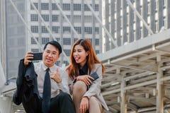 Bedrijfspaar die selfie nemen stock afbeelding