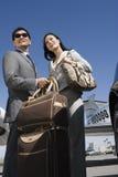 Bedrijfspaar die zich bij Vliegveld bevinden royalty-vrije stock afbeelding
