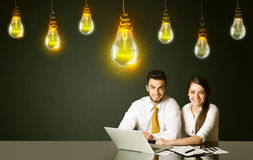 Bedrijfspaar met ideebollen Royalty-vrije Stock Foto