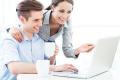 Bedrijfspaar met laptop Royalty-vrije Stock Afbeeldingen