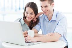Bedrijfspaar met laptop Stock Afbeeldingen