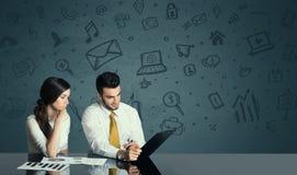 Bedrijfspaar met media pictogrammenachtergrond Royalty-vrije Stock Afbeeldingen