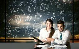 Bedrijfspaar met sociale media symbolen Stock Foto