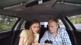 Bedrijfspaarzitting in de auto en het gebruiken van telefoon 4K stock video
