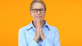 Bedrijfspalmen samenbrengen en vrouw die, voor geluk, wens hopen omhoog kijken die stock video