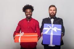 Bedrijfspersonen die giftdoos tonen bij camera, vierend birthda royalty-vrije stock foto's