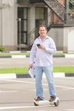 Bedrijfspersonenvervoer een elektronische autoped in openlucht Royalty-vrije Stock Fotografie