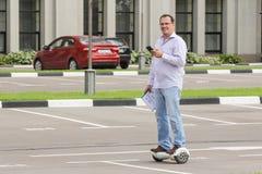 Bedrijfspersonenvervoer een elektronische autoped in openlucht Stock Afbeeldingen