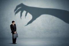 Bedrijfspersoon bang van een groot de schaduwconcept van de monsterklauw Stock Afbeeldingen