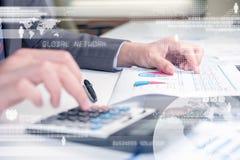 Bedrijfspersoon die calculator gebruiken tegen technologieachtergrond Stock Foto