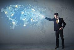 Bedrijfspersoon die digitale kaart met vliegtuigen tonen rond de wereld Stock Foto