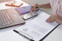 Bedrijfspersoon die financiële statistiekengrafiek analyseren Stock Foto
