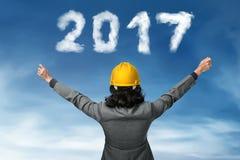 Bedrijfspersoon die het aantal van de de wolkenvorm van 2017 kijken Stock Afbeelding