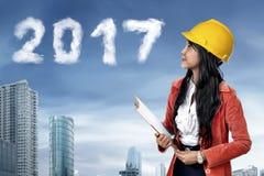 Bedrijfspersoon die het aantal van de de wolkenvorm van 2017 kijken Stock Fotografie