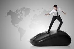 Bedrijfspersoon die met computermuis surfen Royalty-vrije Stock Afbeelding