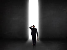 Bedrijfspersoon die muur met het lichte tunnel openen bekijken Stock Afbeeldingen