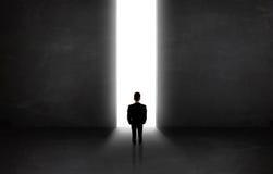 Bedrijfspersoon die muur met het lichte tunnel openen bekijken Royalty-vrije Stock Afbeelding