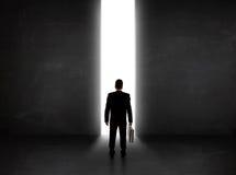 Bedrijfspersoon die muur met het lichte tunnel openen bekijken Royalty-vrije Stock Fotografie