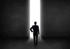 Bedrijfspersoon die muur met het lichte tunnel openen bekijken Stock Fotografie