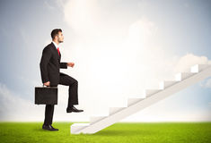 Bedrijfspersoon die omhoog op witte trap in aard beklimmen Stock Fotografie