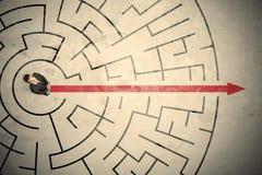 Bedrijfspersoon die zich in het midden van een cirkellabyrint bevinden Stock Afbeelding